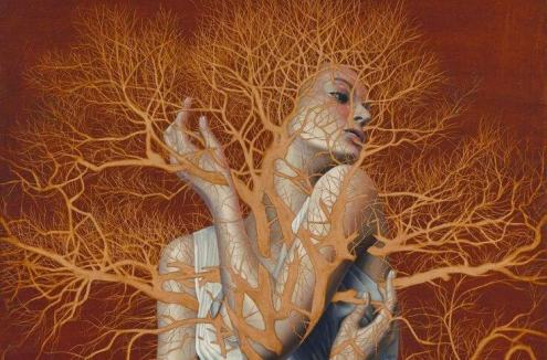mujer-atrapada-entre-ramas-de-árbol